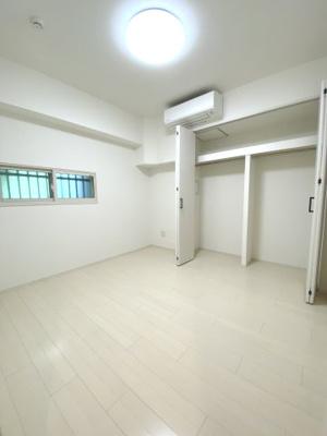 約4.7帖の洋室です。 新居生活には嬉しいエアコン付きです。 寝室にはいかがでしょうか。