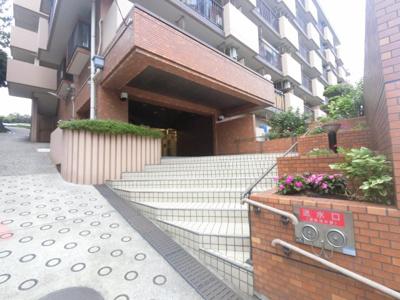 ブルーライン「阪東橋」駅徒歩11分 JR京浜東北線「石川町」駅徒歩20分、京急本線「黄金町」駅徒歩16分。