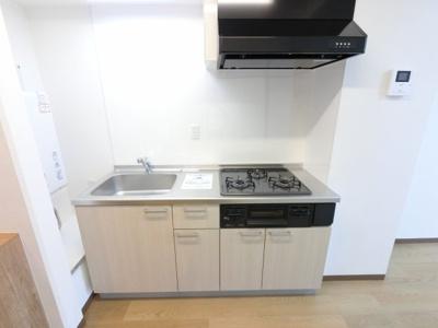 3口ガスコンロ付のシステムキッチン 収納が豊富にあり調理スペースを広く使えます。