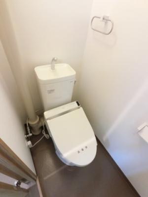 温水洗浄便座付トイレです。 今では出先で付いているのが当たり前の設備が標準装備。 毎日使う場所だから、より快適な空間に仕上げられています。