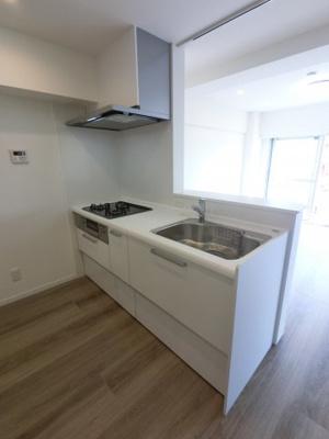 三口コンロ・浄水水洗と充実設備のキッチンです。 手元の収納から足元の収納までがスライド式で、奥のスペースまで有効に活用できます。奥まで上から見渡せるので普段使わない調理器具もすぐに取出せます。