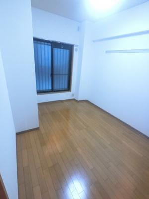 しっかりと広さのある洋室です。 こちらは寝室にいかがでしょうか?