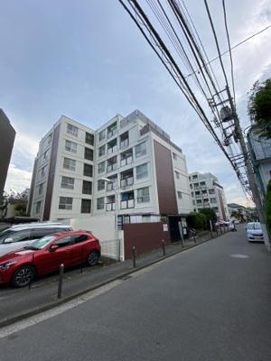 東横線「日吉」駅徒歩5分と好立地。スーパーまで徒歩1分とお買物に便利です。 足音等階下の心配のない1階住居には開放感のある専用庭付です。