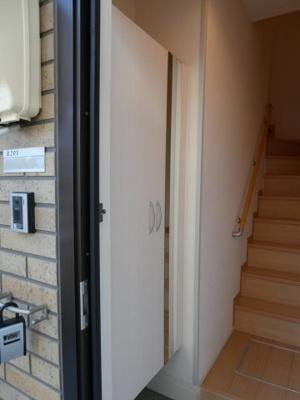 玄関には大きめのシューズボックスがあります。