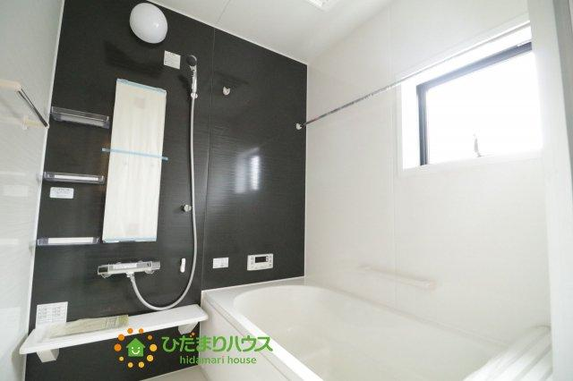 毎日の疲れを癒す浴室には、ゆったり入れるサイズのバスタブを用意しております♪