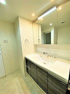 手洗い場横のちょっとしたスぺースが便利ですね。
