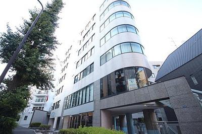 東京メトロ千代田線「明治神宮前」駅徒歩約8分と便利な立地です。