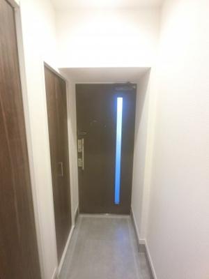 高さのあるシューズボックス付の玄関フロアです。 可動棚になっており、背の高いブーツ等も収納できます。