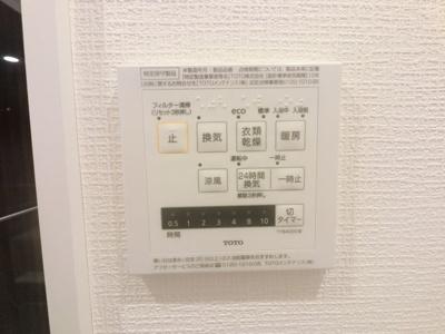 換気機能によってバスルーム内のカビの発生を抑制でき、夜間や雨の日の洗濯物の乾燥に便利な乾燥機能も装備。さらに、涼風・暖房機能も付いており、暑い季節・寒い季節にも大活躍です。