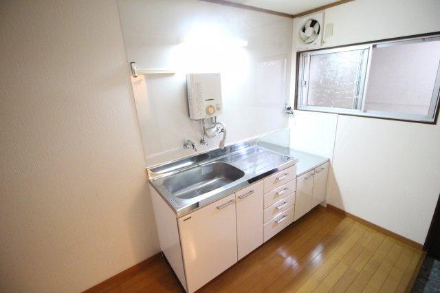 キッチンには窓があり、2口ガスコンロ設置可能です♬