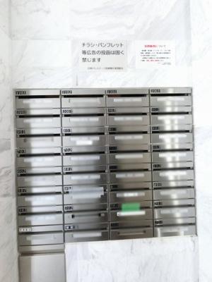 集合ポスト こちらから郵便物をお受け取り下さい。