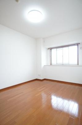 居室にはクローゼットを完備し、自由度の高い家具の配置が叶うシンプルな空間です。お子様の成長と必要になる子供部屋にするにはぴったりの間取りですね。