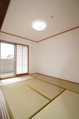 リビングに繋がる和室ですが、こちらも東側に窓があり、とても明るくリビングと一体として使用すれば、約22帖の大空間が生まれます!
