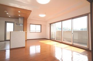 南側バルコニーに面したリビングで明るく、お気に入りの家具が映える空間。ダイニングテーブルやソファなども配置もしやすく空間を最大限に活用できます。