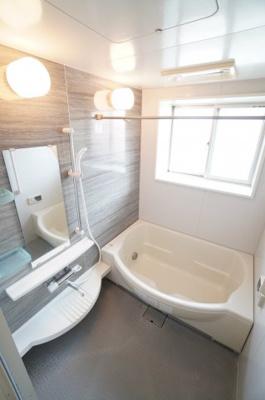 清潔感のある美しいデザインのバスルーム。窓もついてお休みの日は日が高いうちから入るのも贅沢ですね。