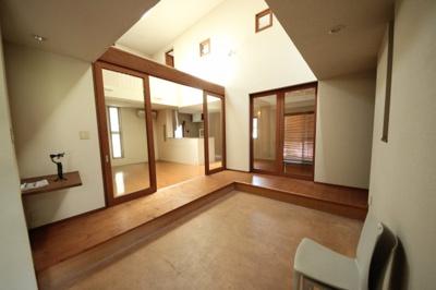 ゆったり空間のある玄関、子供が遊べそうな広さです。