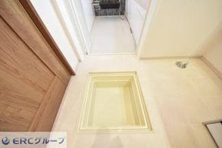 洗面室に床下収納がございます。買い置きしたけどかさばる物の収納に役立ちます。