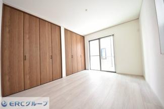 収納スペースが広い点が非常に魅力的な洋室です。