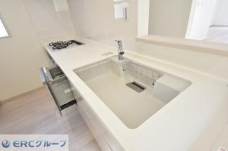 広い炊事場で食器洗いの時やお野菜を洗う時など広々使えます。