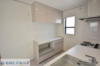 食器棚いらずで、食器、レンジ、トースター、炊飯器など全部こちらへ収納できて便利です。