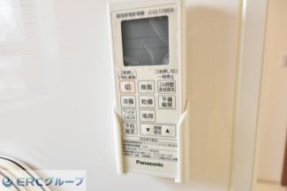 お風呂の外に浴室乾燥機のリモコンがついています。