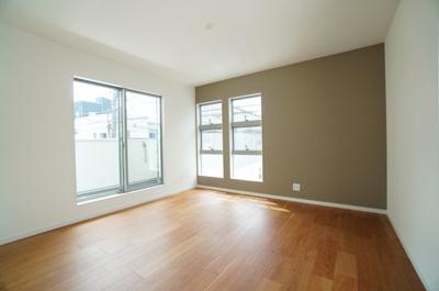 バルコニーに隣接した主寝室は、たっぷりと光が差し込みぬくもりを感じる空間。