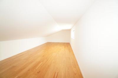 あると嬉しい階段で上れる小屋裏収納。窓もついているので明るいですね!