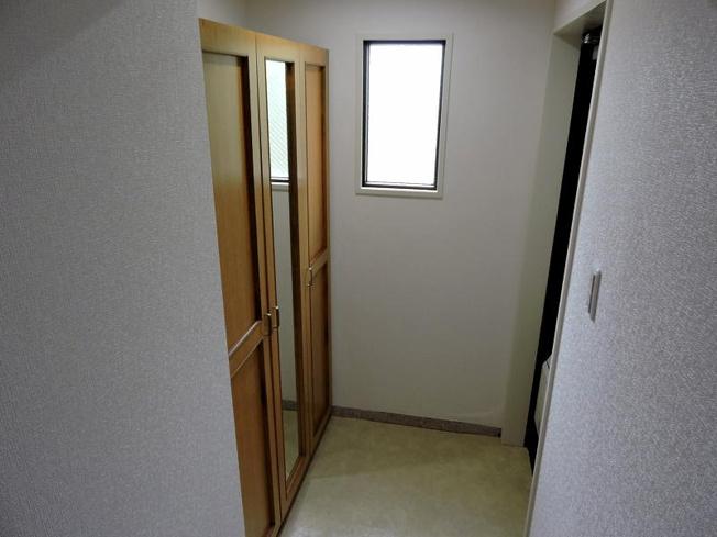 下駄箱付きの玄関です。鏡がついていますので、お出かけ前に身だしなみのチェックができます。