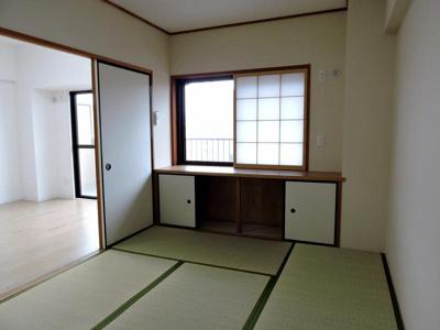 リビング横約6帖の和室です。