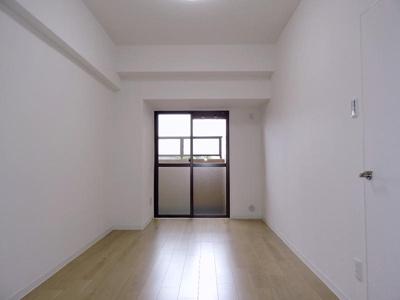 北西側約6.7帖の洋室です。
