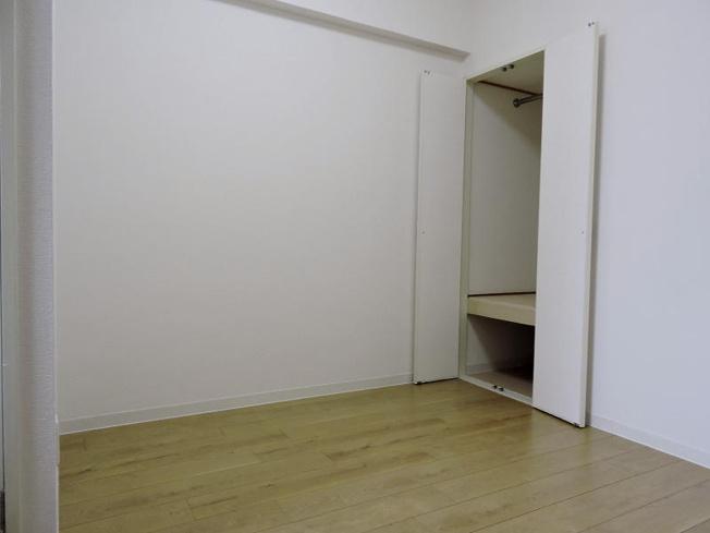 北東側約4.1帖の洋室です。
