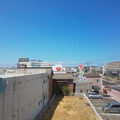 北側からの窓からは新しく市立病院が望めます。