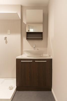 トイレや浴室とは別になっているため、洗面台が水でびしょびしょにならないうえ、お風呂上がりの湯気で鏡が曇って見えないということがなくて、ストレスフリーですよ♫
