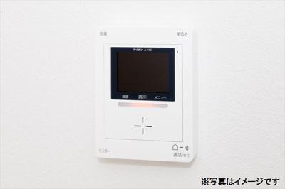 TVモニター付きインターホンがあることで、インターホンの受話器を上げず、画像だけで訪問者を確認することができるので、セールスっぽい人が来たときには、いい意味で居留守が使えて便利ですね♪