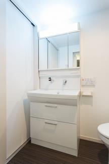 朝の時間がバタバタしがちな人は、パッと身支度ができる独立洗面台があれば時間に余裕が出来ますね。洗顔や歯磨きをする時にわざわざ靴下を脱いで浴室内に入らなくて済みますね(*^^*)