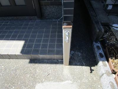 玄関前に水栓あります