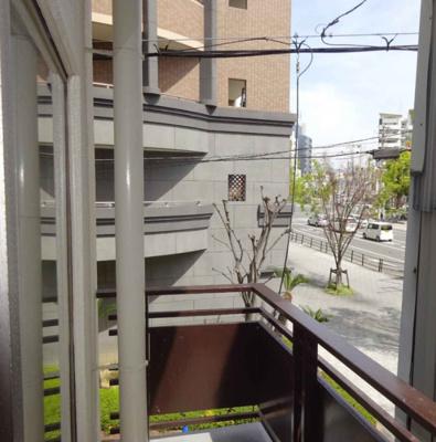 バルコニーと眺望です。二階ですが、角部屋になっていますので、見通しがいいですね。