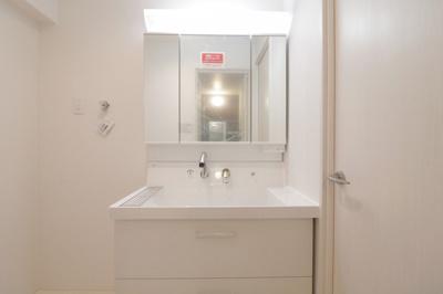 三面鏡付き独立洗面化粧台が付いています
