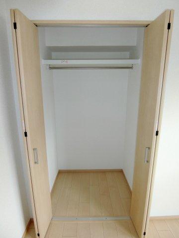 もちろん全居室に収納スペースがあります♪ そのままロングコートも余裕で入る広さもあり、収納棚を入れて細分化しても良し! 使い方はあなた次第です!