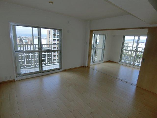 高層階で角部屋なので、日当たり・通風・眺望が抜群です♪ リビングも開放感が違います!