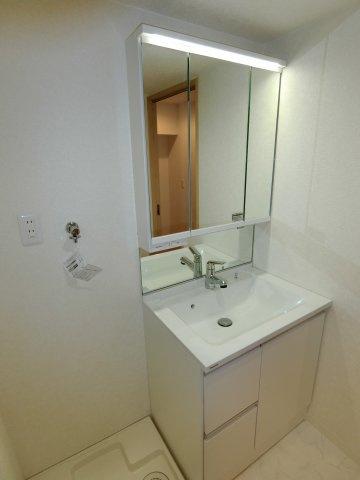 三面鏡付きの独立洗面台は朝の身支度もスムーズに行えるでしょう。 もちろん三面鏡を開ければ収納スペースになっているので、ちょっとした小物も仕舞えます。