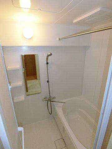 ゆったりとした浴槽は1日の疲れを癒やしてくれるでしょう。 また浴室暖房乾燥機付きで雨の日の洗濯物も困りません。