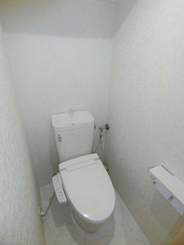今や無くては困るシャワー付きトイレも完備しています。 リフォーム時に新調されており、クロスも貼り替えてあるので清潔感があります。
