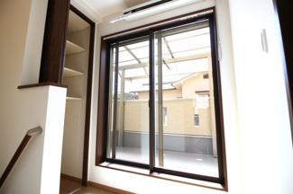 2階のホールに掃き出し窓があり、部屋を通らずにバルコニー出られるので洗濯はラクラクです。急な雨でも取り込んですぐに干せる収納式の室内干しがあるので助かります。