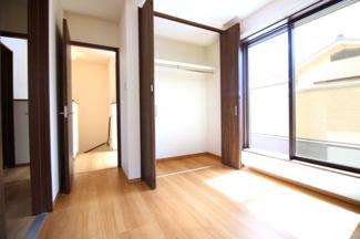 《洋室5.25帖①》バルコニーがあり明るいお部屋です。クローゼットもしっかり完備されています。