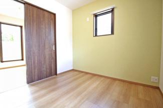 《洋室5.25帖②》隣のお部屋との間にドアがあるので、開放して10.5帖の広々としたお部屋としても利用できます。