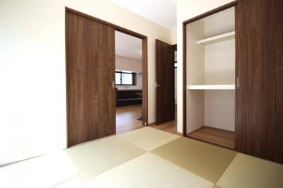 《和室4.5帖》リビングからだけでなく廊下側にもドアがあります。押し入れも大容量です。
