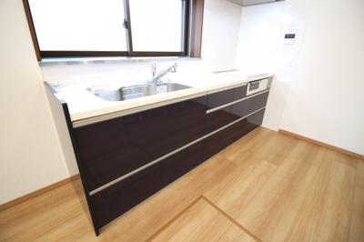 システムキッチンはIHコンロで火の元も安心です。収納たっぷりです。