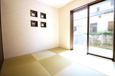 《和室4.5帖》掃き出し窓とお洒落な装飾窓のある和室は琉球畳でお洒落♪