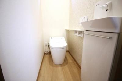 タンクレストイレで室内スッキリ!手洗い別で小さいお子様でも簡単に手が洗えますね。